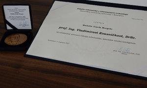 TS: Dekan FIIT odovzdal prof. Vladimírovi Kvasničkovi Medailu J. Murgaša